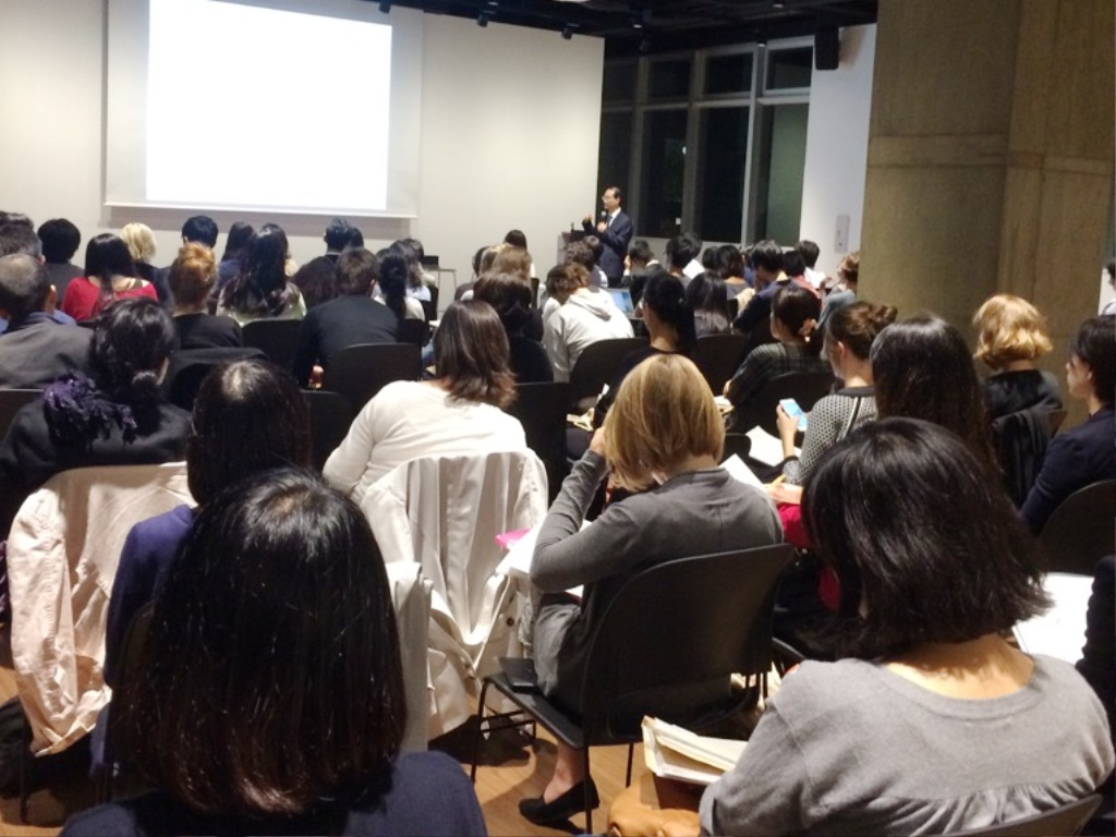 The conference hall was filled by more than 100 Japanese and international scholars and students.