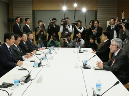 Professor Paul Krugman meeting with PM Shinzo Abe and other senior Japanese government officials. (japan.kantei.go.jp )