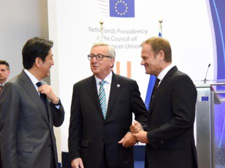 Jean-Claude Juncker, President of the European Commission and Donald Tusk, President of the European Council speaking to Japanese Prime Minister Shinzo Abe. (Photo: EC Audiovisual Services)