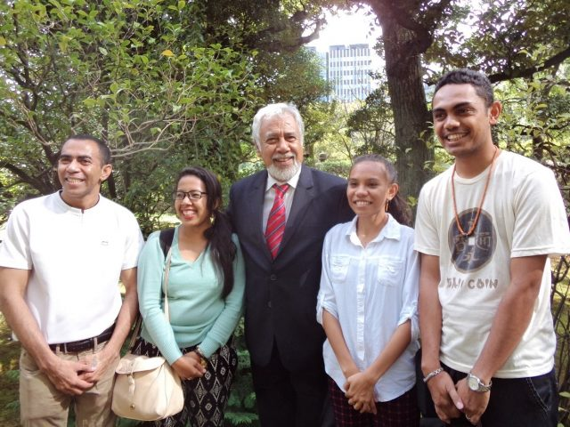 Minister Xanana Gusmão with four Timorese students at Waseda University